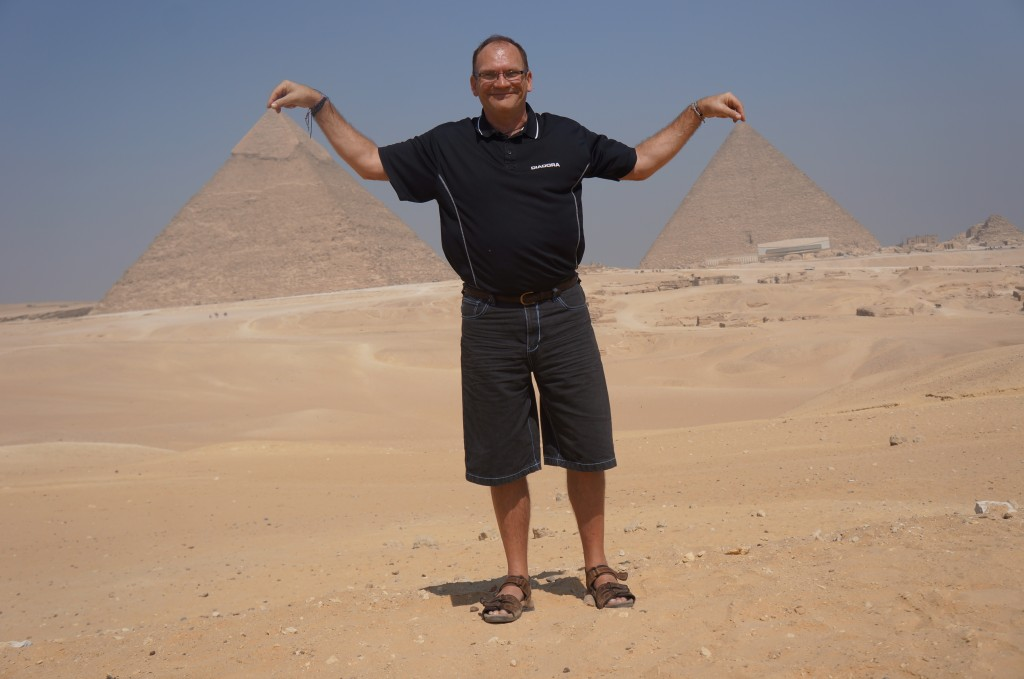 Gert prepares to steal egyptian pyramids